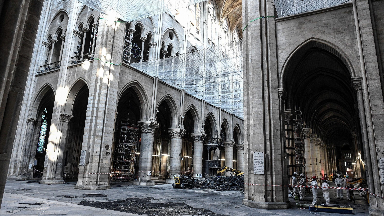 Vorarbeiten in dem beschädigten Kirchenschiff der Notre-Dame.