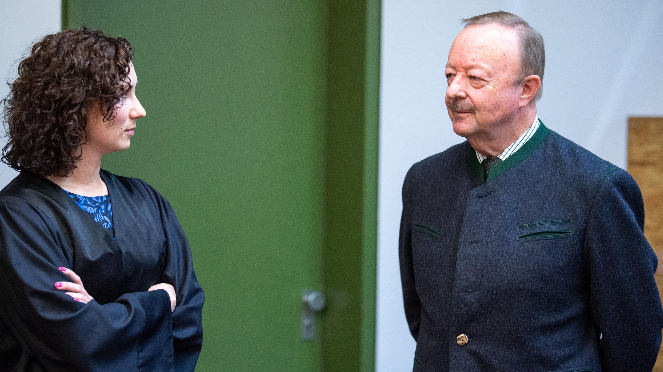 Der Angeklagte Georg Bromme (r) steht am ersten Prozesstag mit seiner Verteidigerin Stefanie Mayer in einem Saal des Landgerichts München II.