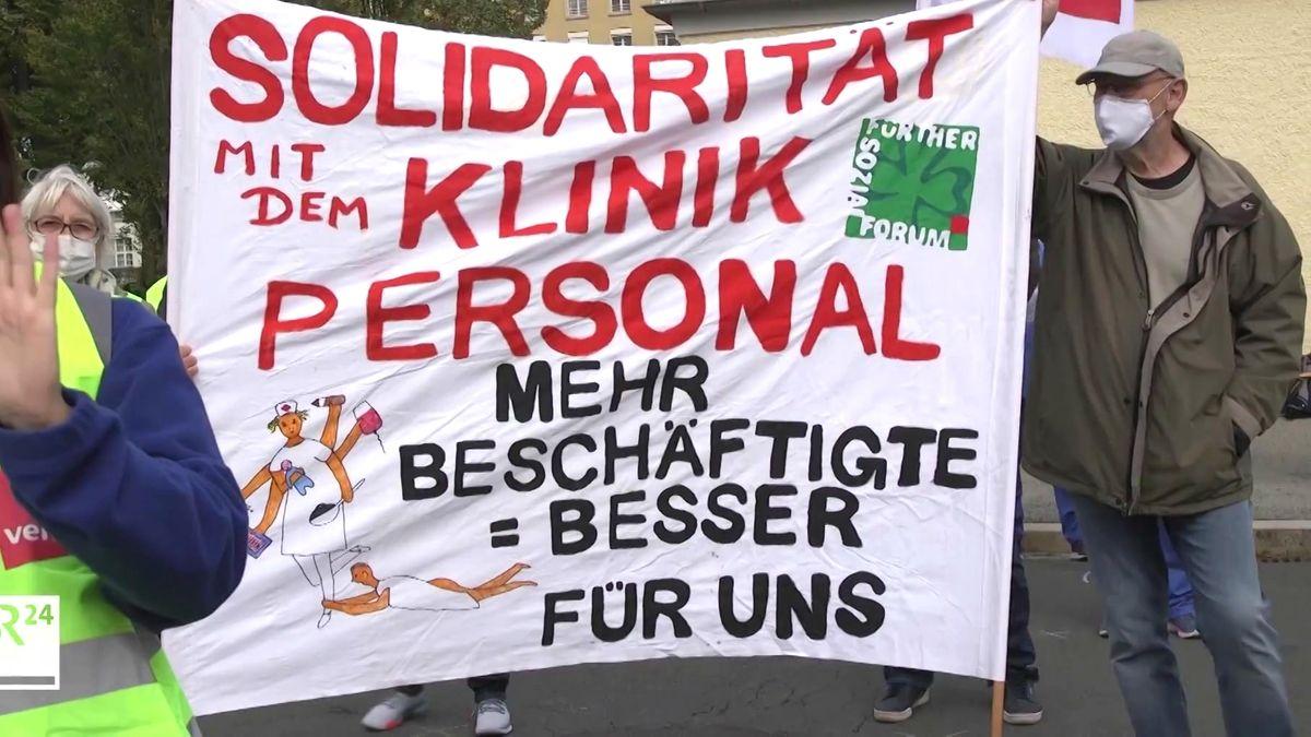 Protestierende mit einem Banner: Solidarität mit dem Klinikpersonal.