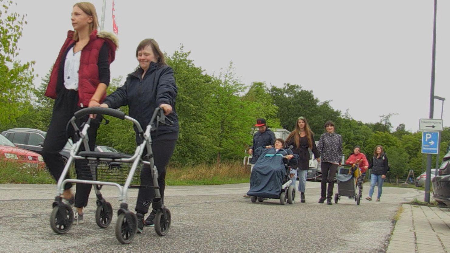 Bufdi Viola Bichlmaier (l.) beim Spaziergang mit Betreuten.