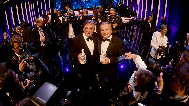 Die Schauspieler Elmar Wepper (l) und Fritz Wepper stehen nach der Verleihung des Bayerischen Fernsehpreises im Prinzregententheater mit ihren Blauen Panthern auf der Bühne.