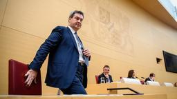 MP Söder setzt sich im Bayerischen Landtag auf seinen Platz | Bild:dpa-Bildfunk/ Foto: Matthias Balk