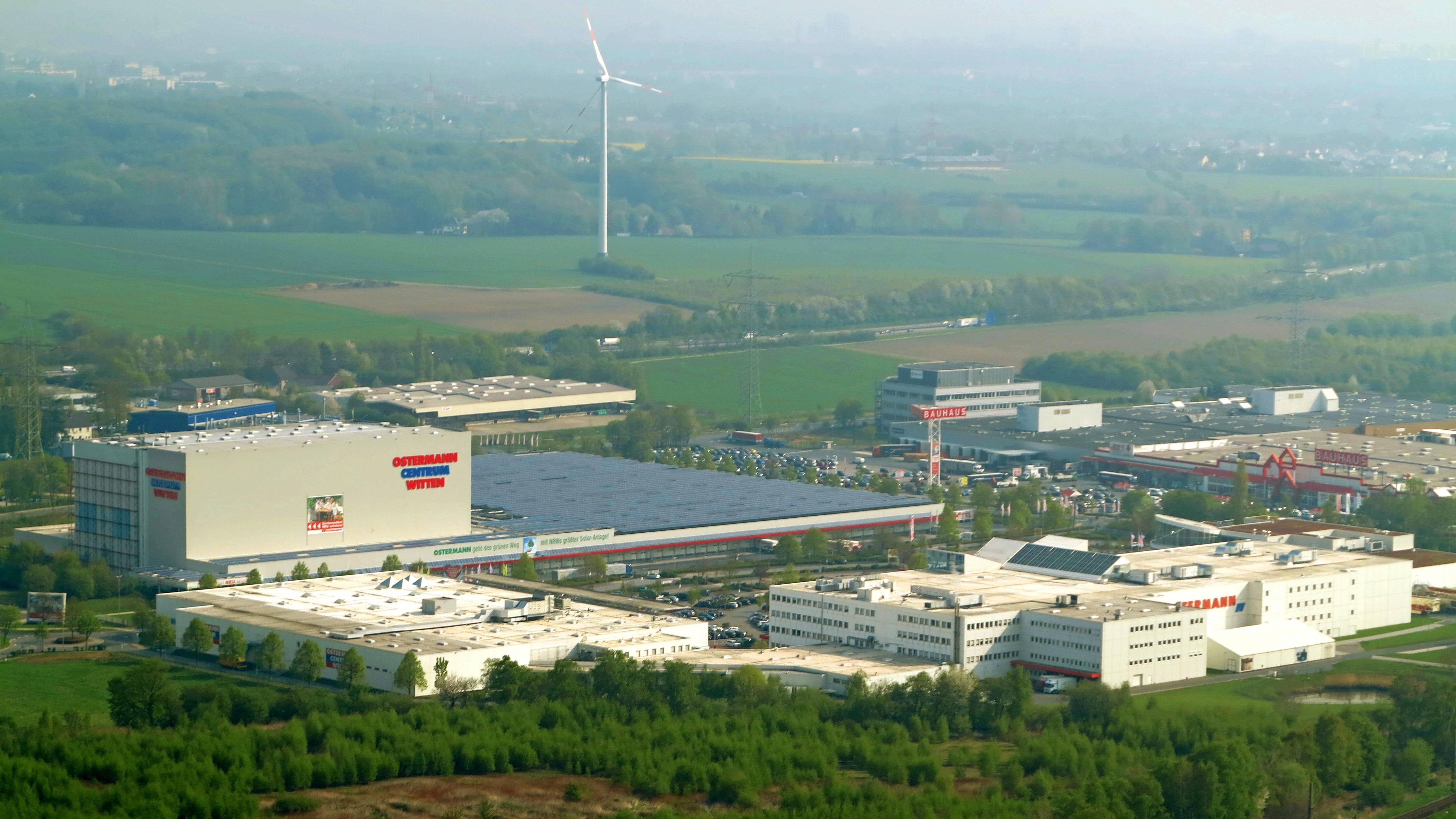 Blick aus der Luft ueber ein Gewerbegebiet in einer Feld- und Waldlandschaft, Nordrhein-Westfalen, Witten