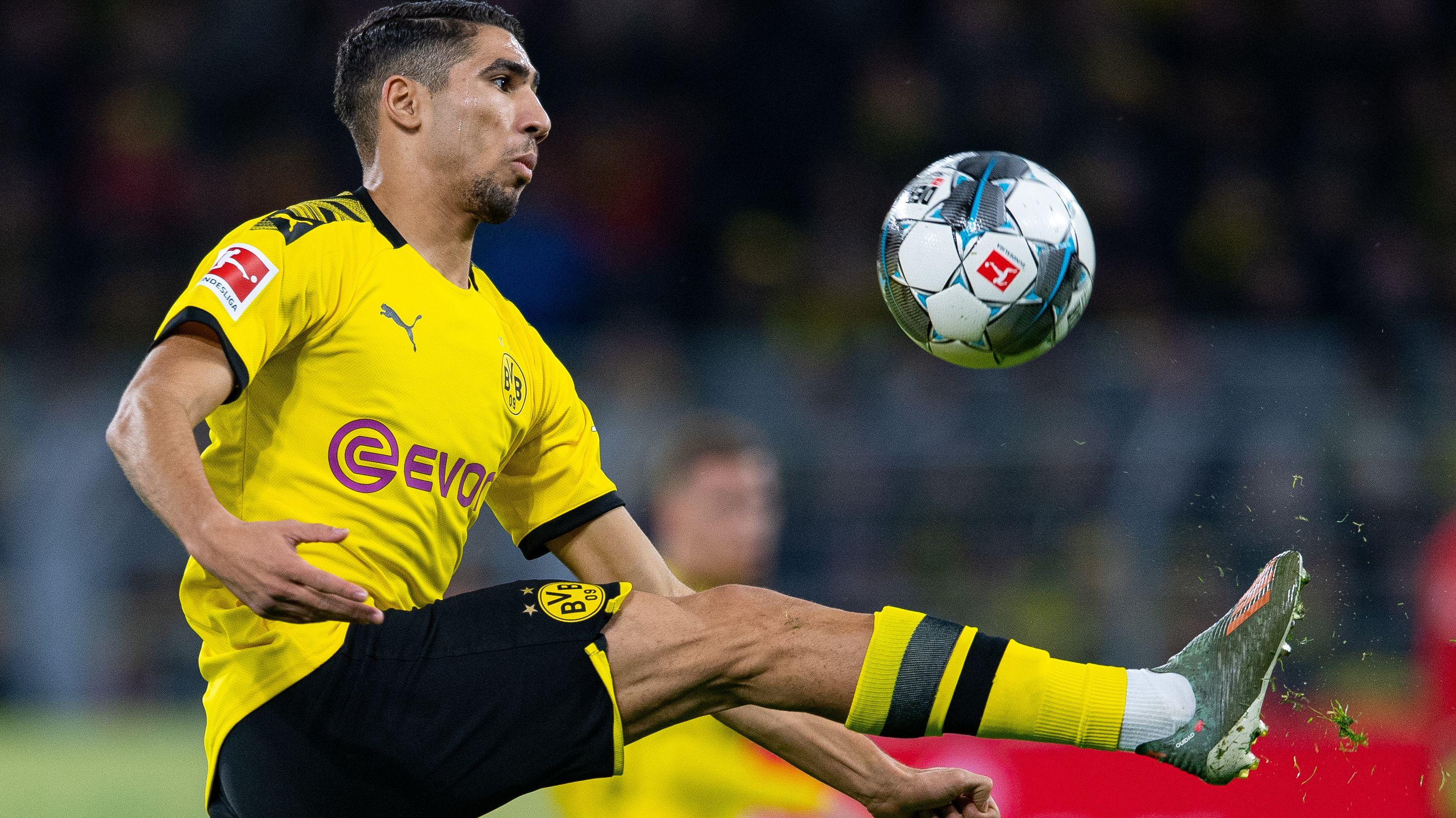 Dortmunds Achraf Hakimi schlägt einen Ball