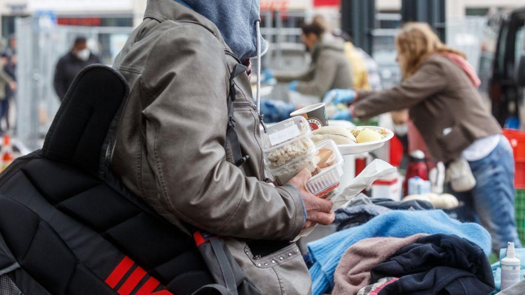 Freiwillige Helfer einer Bürgerinitiative verteilen Nahrungsmittel und Kleidung an Obdachlose und Bedürftige (Symbolbild)