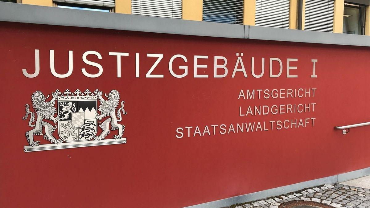 Der Schriftzug Justizgebäude 1 steht auf einer Wand des Landgerichts Coburg.