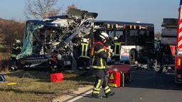 Die Aufräumarbeiten an der Unfallstelle dauerten bis 21 Uhr an. | Bild:news5