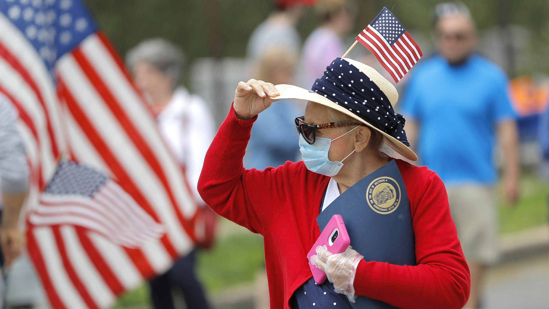 Eine Amerikanerin feiert mit Mundschutz den Memorial Day vergangene Woche.