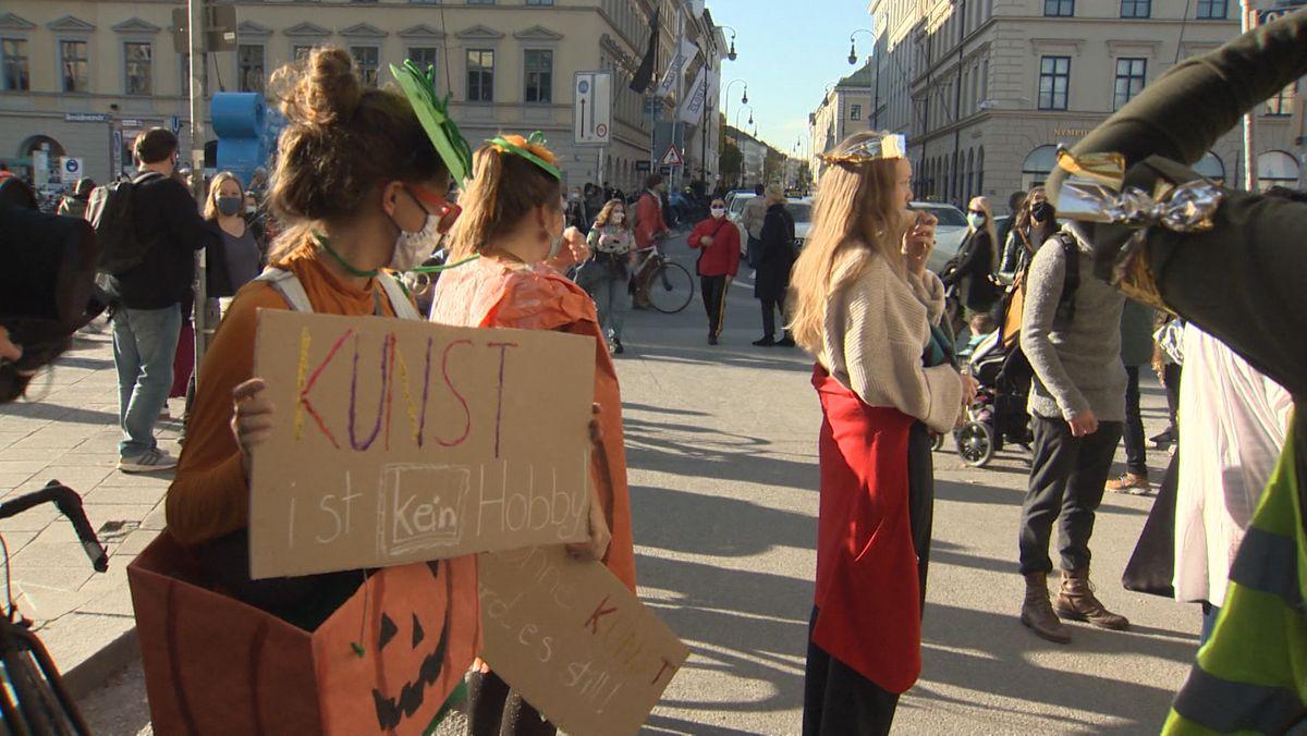 Theaterleute demonstrieren für den Kulturbereich.