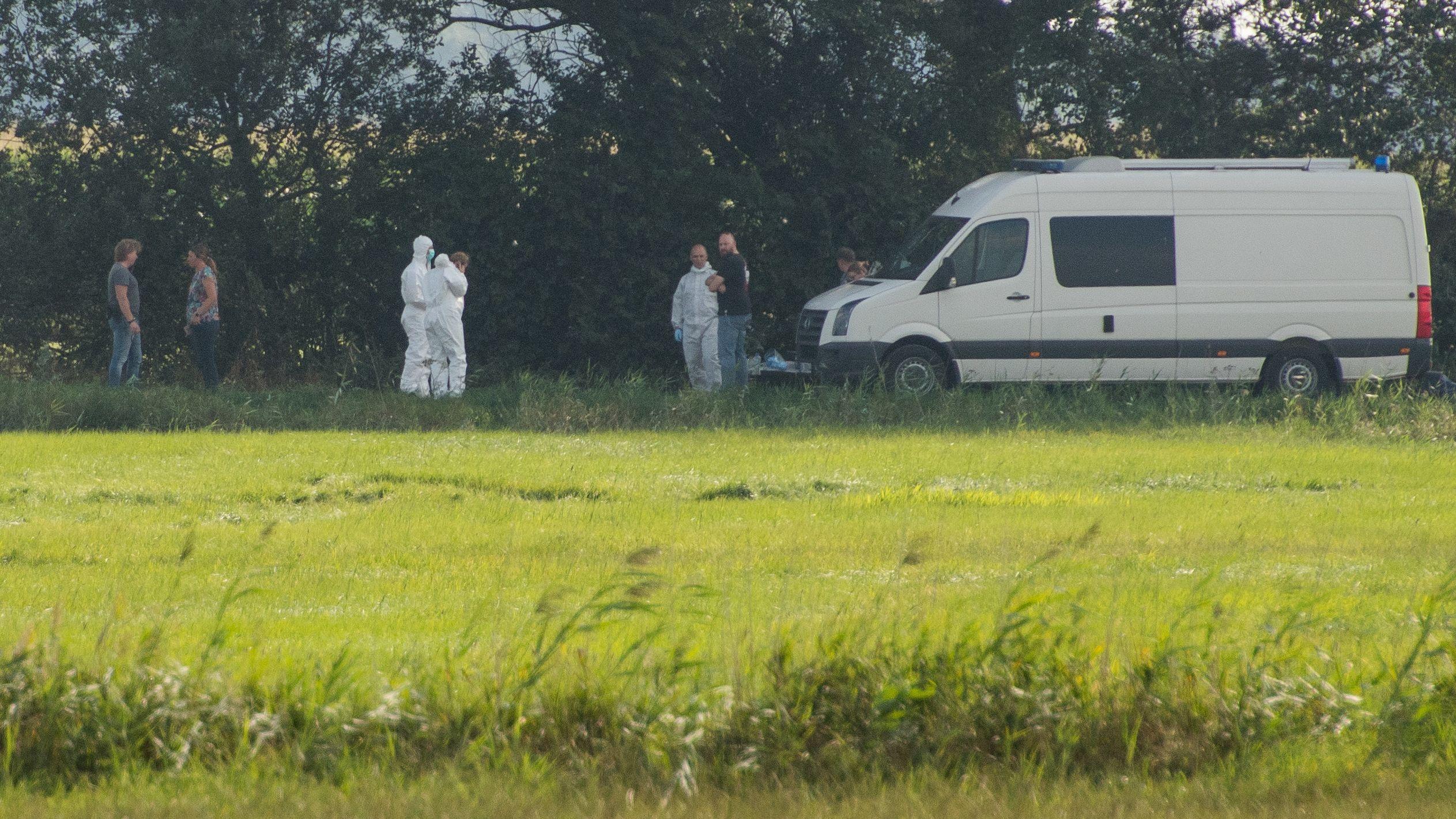 Nordfriesland: Ermittler in weißen Schutzanzügen und weitere Personen bei Polizeieinsatz im Zusammenhang mit der vermissten 23-jährigen Nathalie