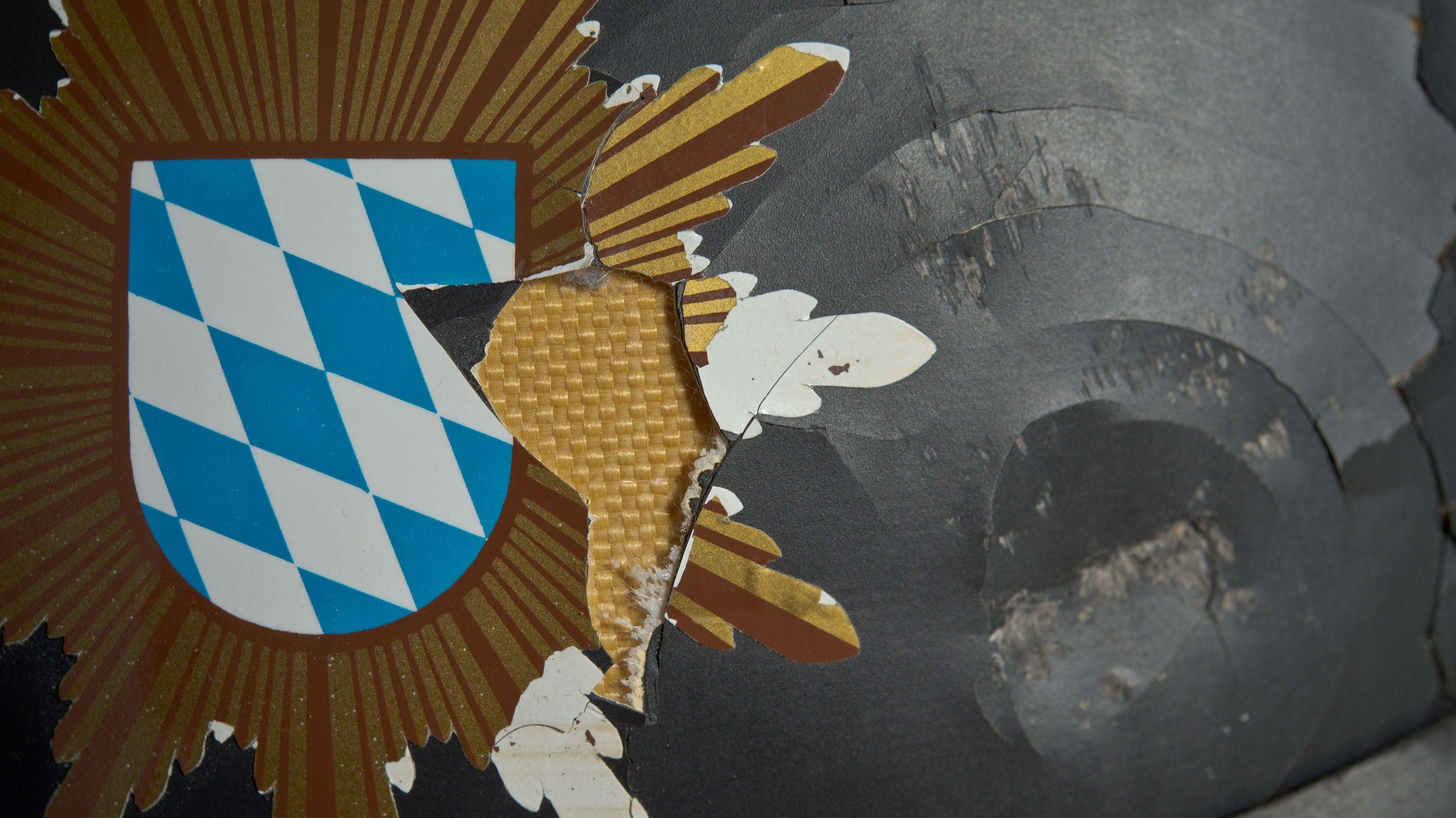 Nahaufnahme eines Polizeihelms, der durch einen Steinewerfer stark beschädigt wurde (Archivbild)