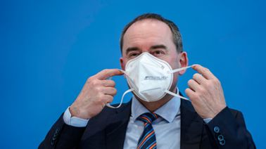 Hubert Aiwanger setzt eine FFP2-Maske auf | pa/dpa-Jens Krick