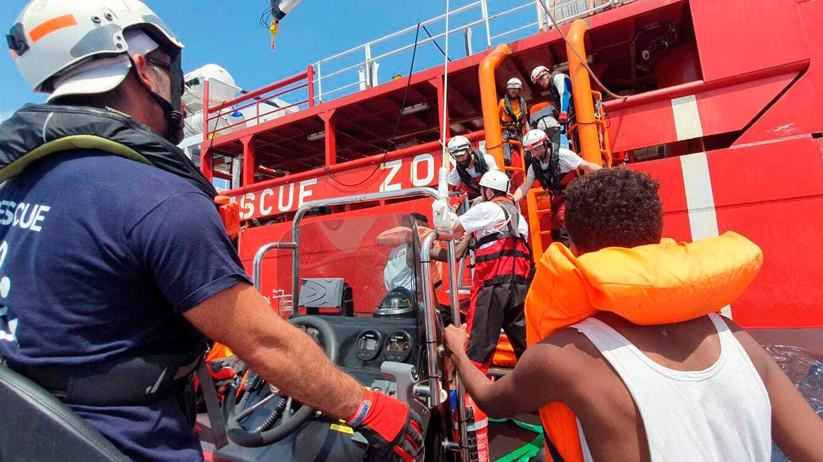 """Migranten werden an Bord des Rettungsschiffs der Hilfsorganisationen SOSMéditerranée und Ärzte ohne Grenzen """"Ocean Viking"""" aufgenommen."""