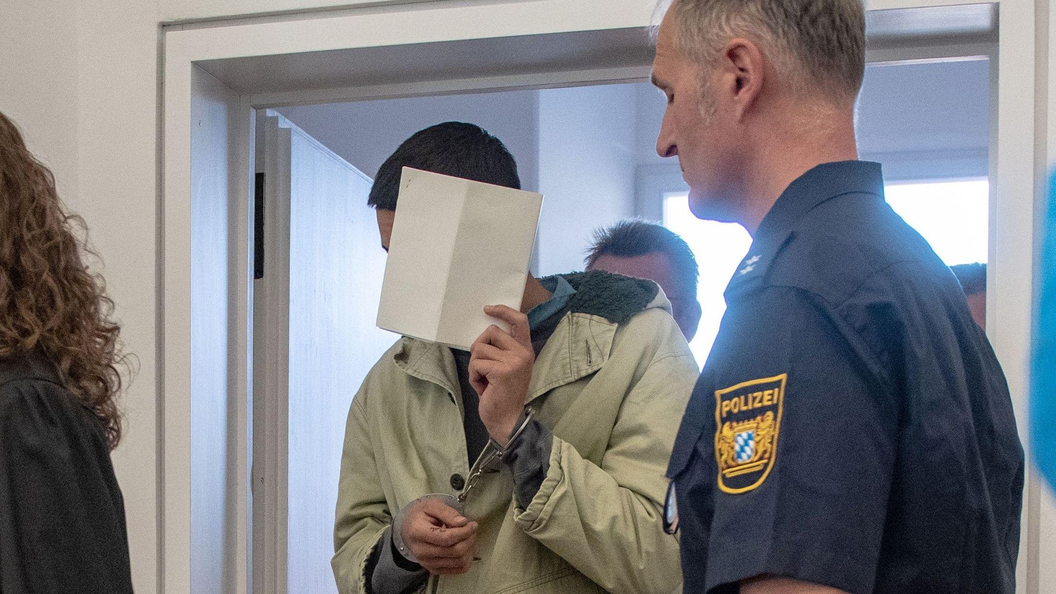 Die Angeklagten betreten den Gerichtssaal in Amberg.