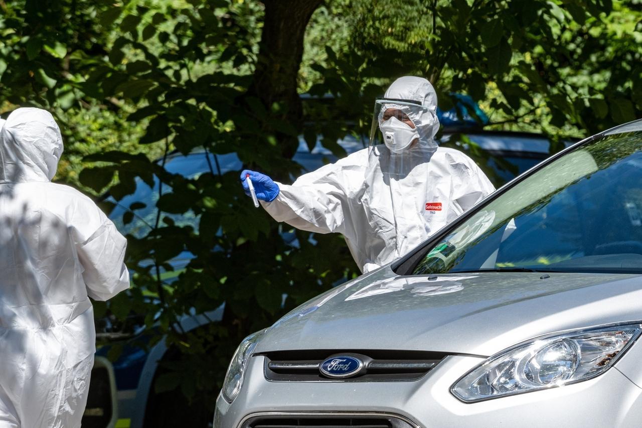 27.07.2020, Bayern, Mamming: Menschen lassen sich in einer mobilen Corona-Teststation auf das Virus testen. 174 Erntehelfer haben sich auf einem Gemüsehof in dem Ort mit dem Coronavirus infiziert. Foto: Armin Weigel/dpa +++ dpa-Bildfunk +++