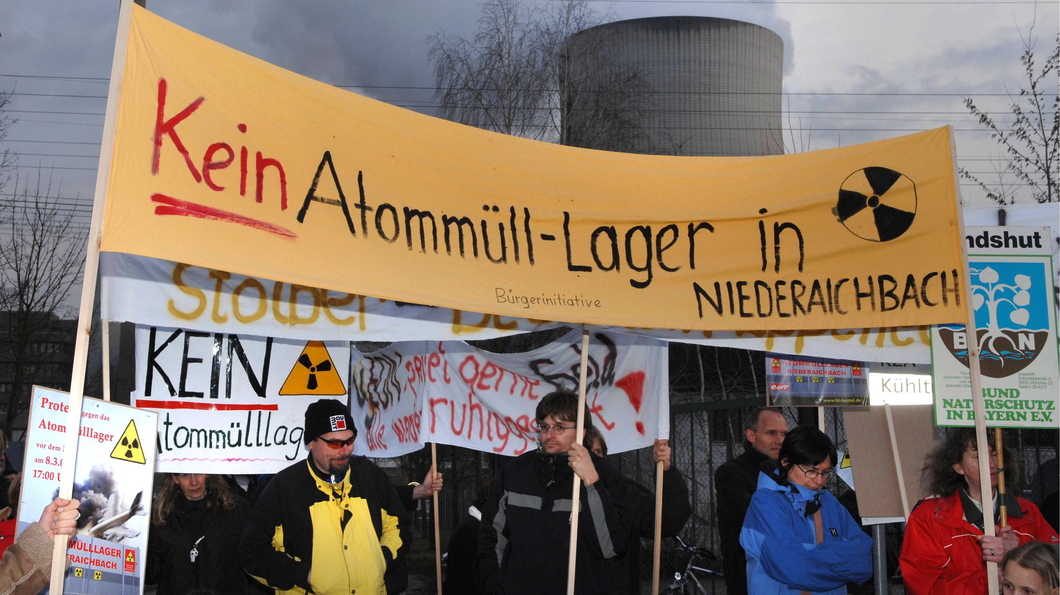 Demonstranten stehen in Niederaichbach (Niederbayern) vor den Isar-Kernkraftwerken