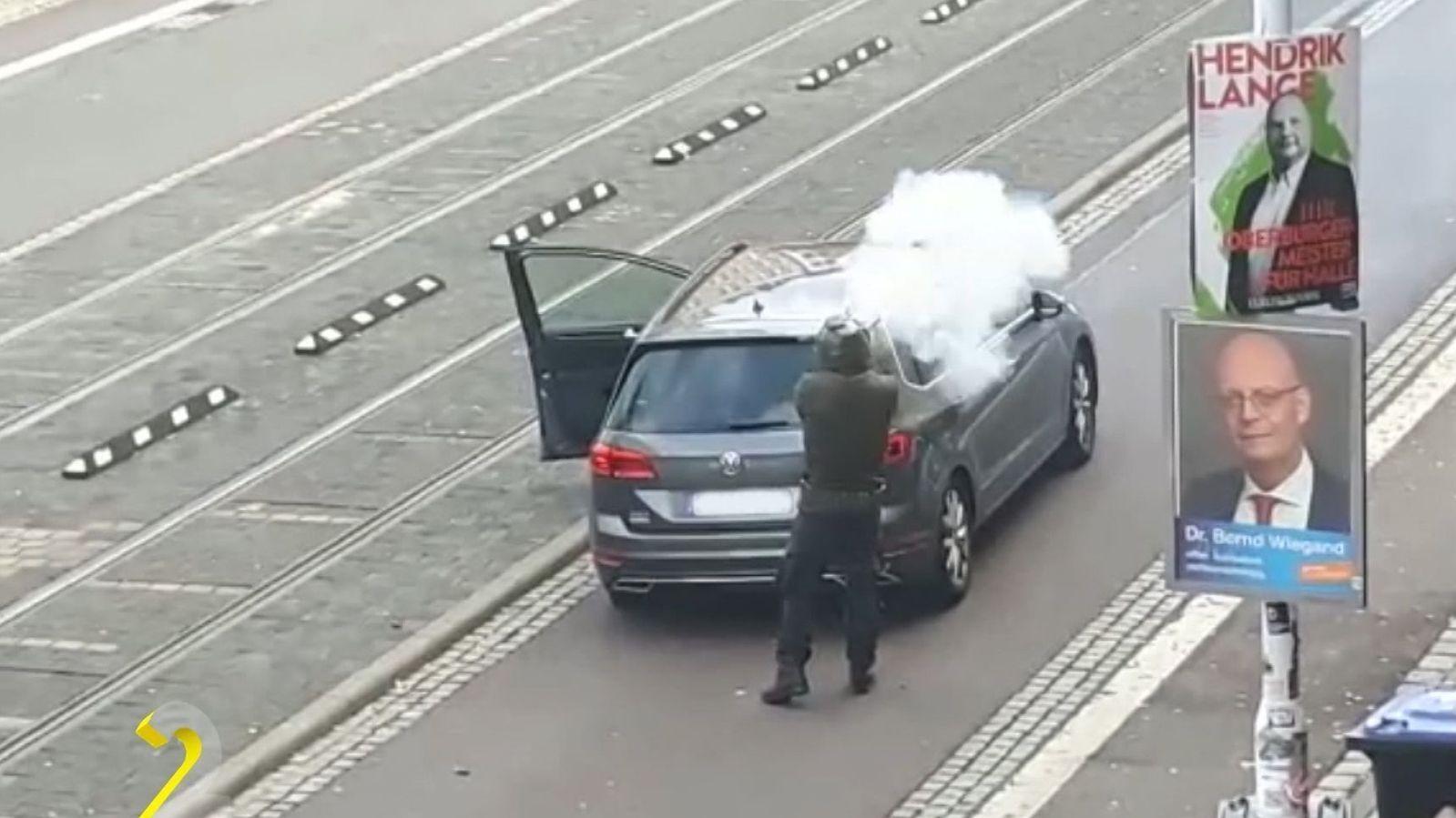 Attentäter von Halle feuert mit einer selbstgebauten Waffe.