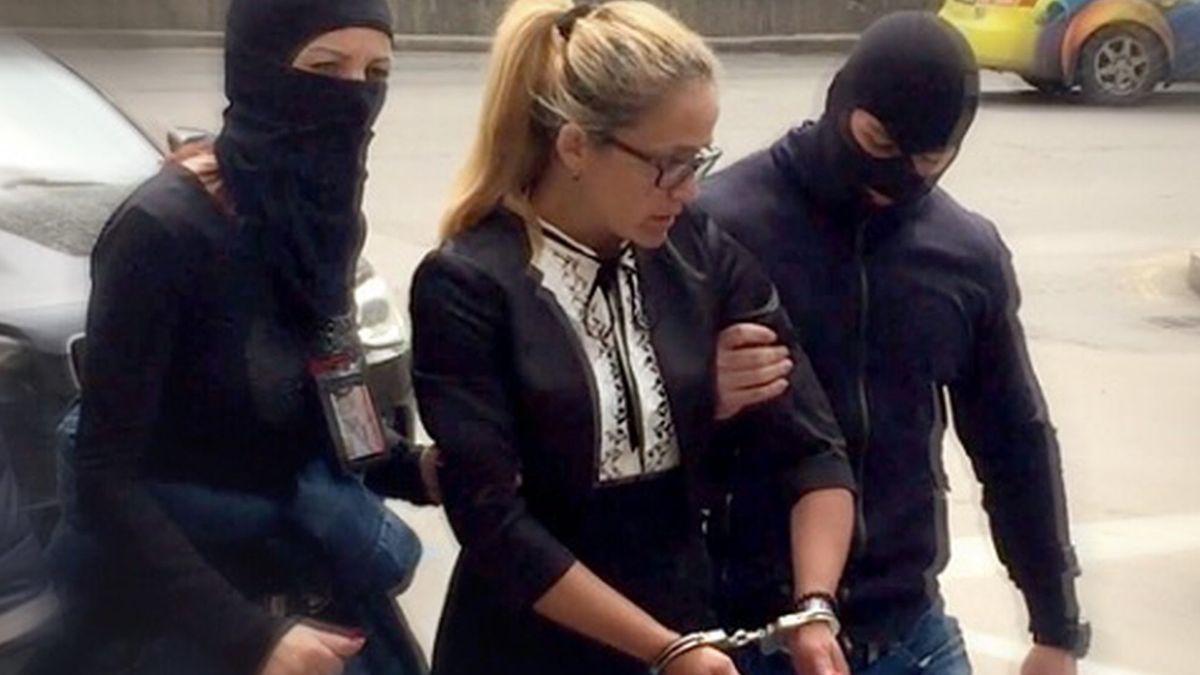 Dessislawa Iwantscheva wird in Handschellen abgeführt. In ihrem Auto findet die Polizei unterdessen 56 000 Euro in bar. Iwantscheva sagt, ihr Auto sei unverschlossen gewesen und das Geld untergeschoben worden. Sie und Petrova hätten auch nie einen Bauunternehmer erpresst.