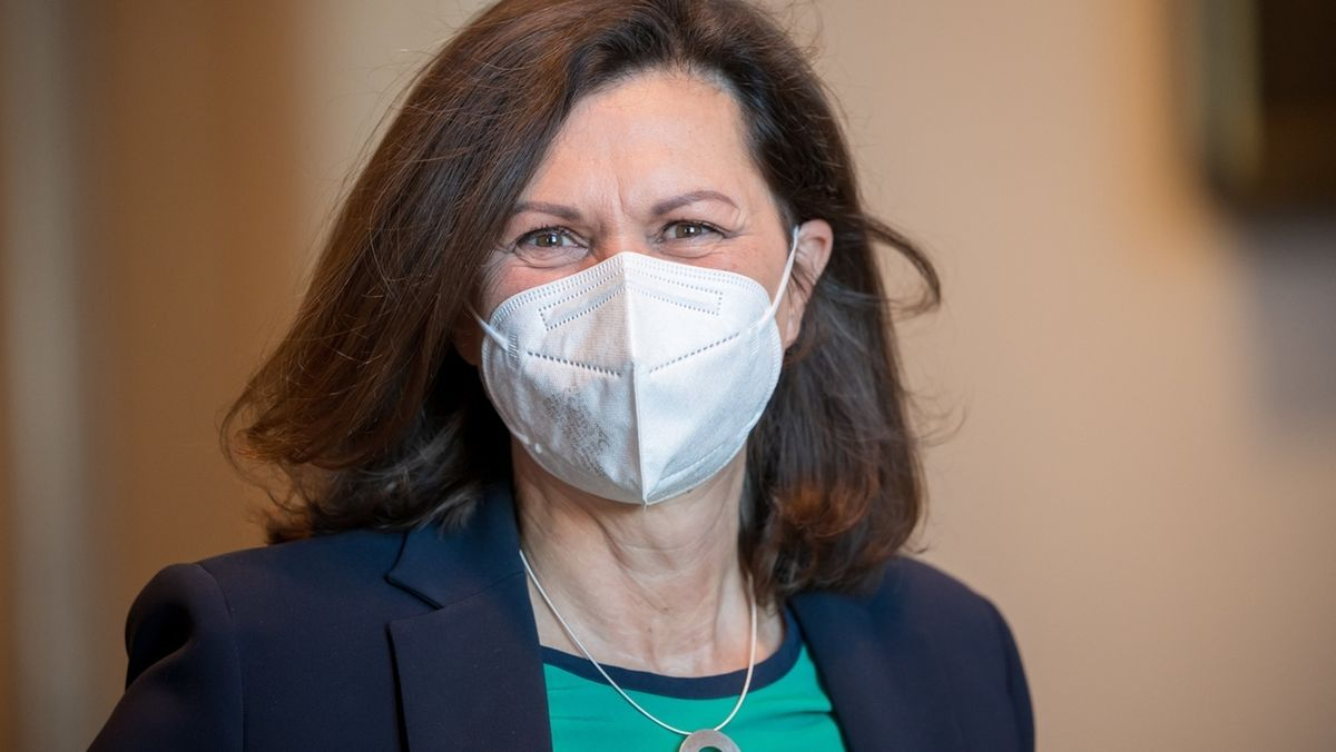 Landtagspräsidentin Ilse Aigner (CSU) mit Maske