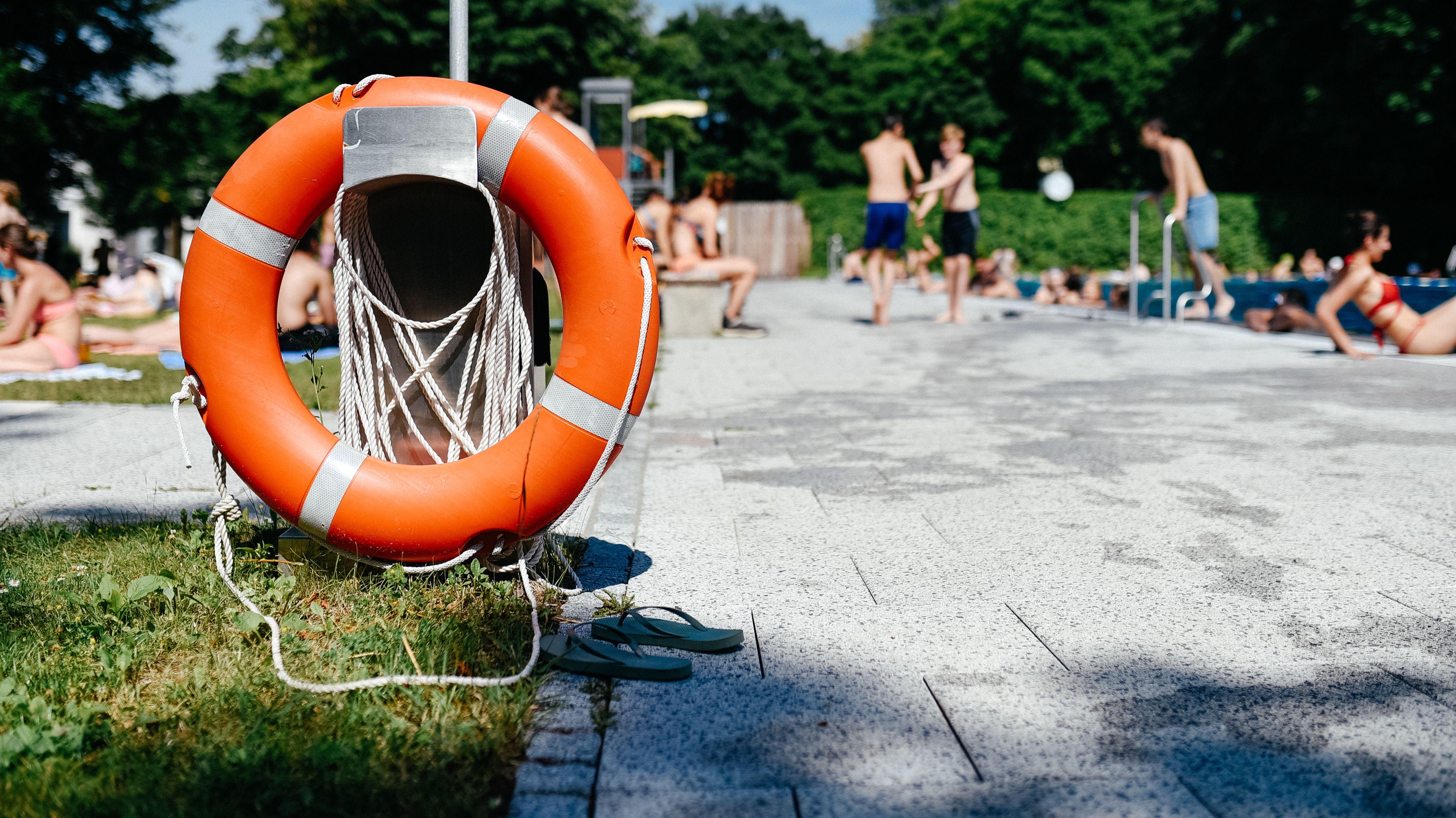 Symbolbild: Rettungsring im Schwimmbad / Statistik zu Todesfälle durch Ertrinken 2019