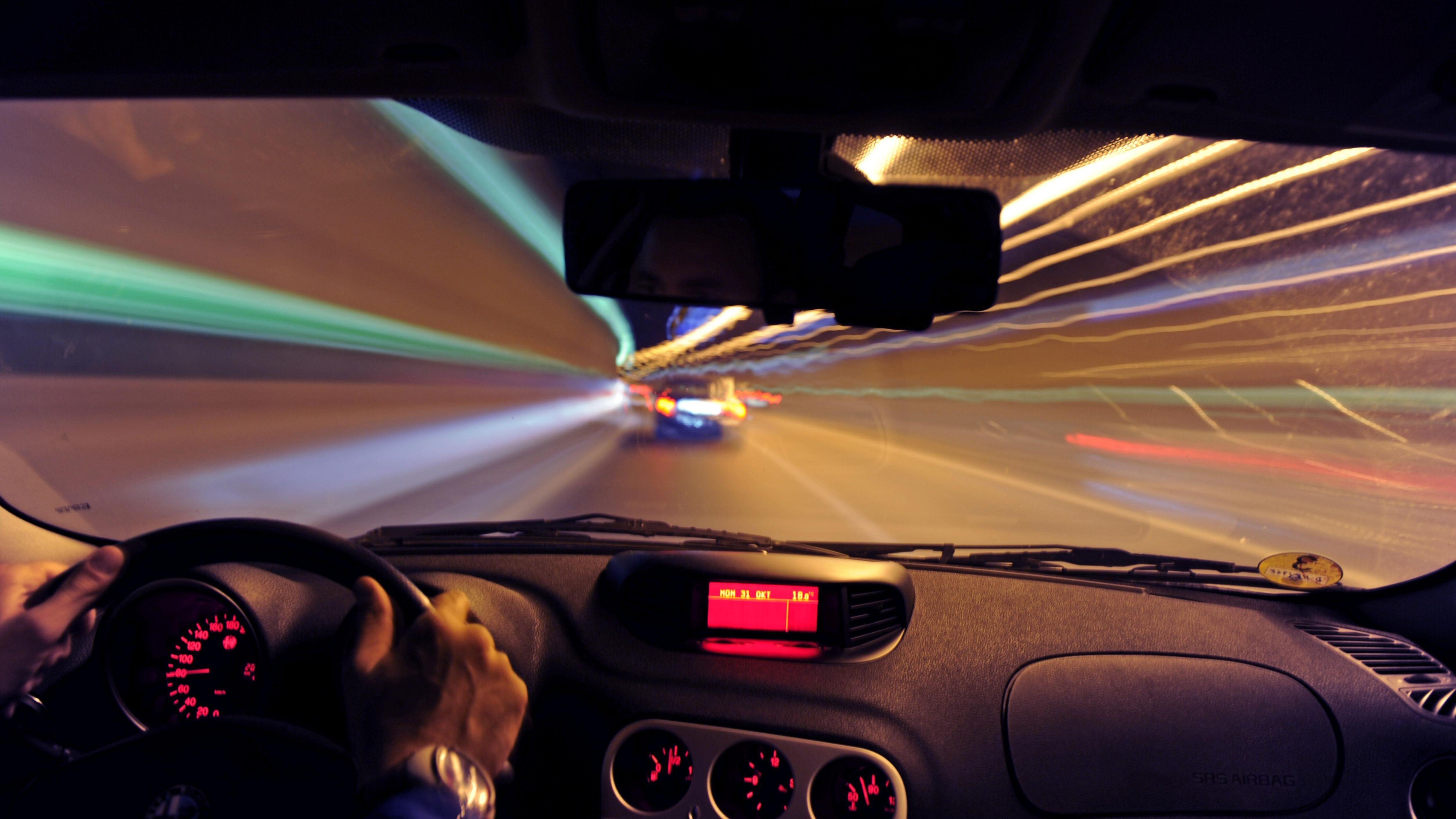 Auto rast durch Tunnel. (Symbolbild)