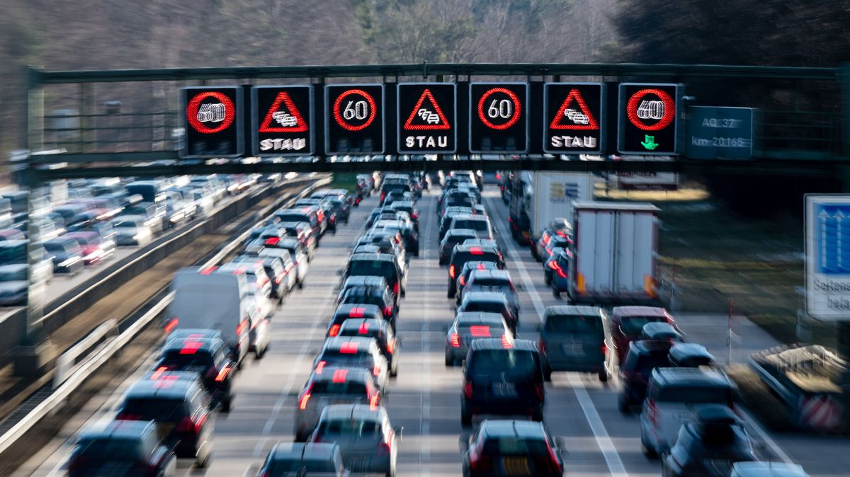 Dichter Verkehr schiebt sich über die Autobahn 8 in Fahrtrichtung Salzburg im Hofoldinger Forst.