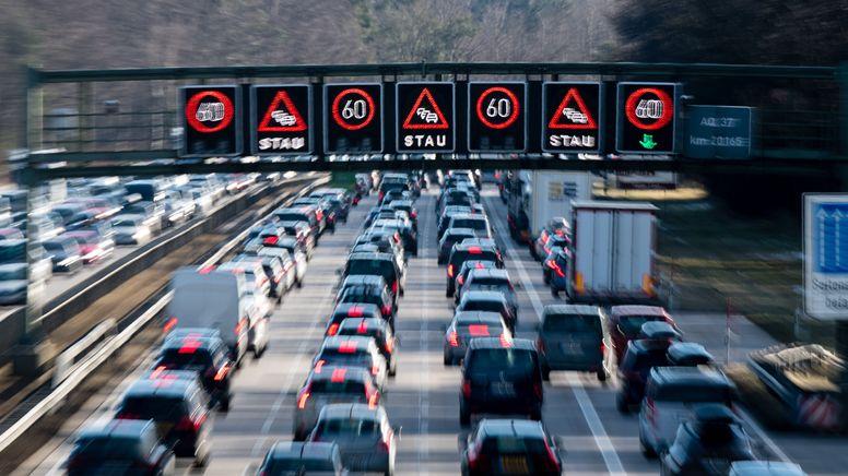 Dichter Verkehr schiebt sich über die Autobahn 8 in Fahrtrichtung Salzburg im Hofoldinger Forst.   Bild:dpa-Bildfunk/Matthias Balk
