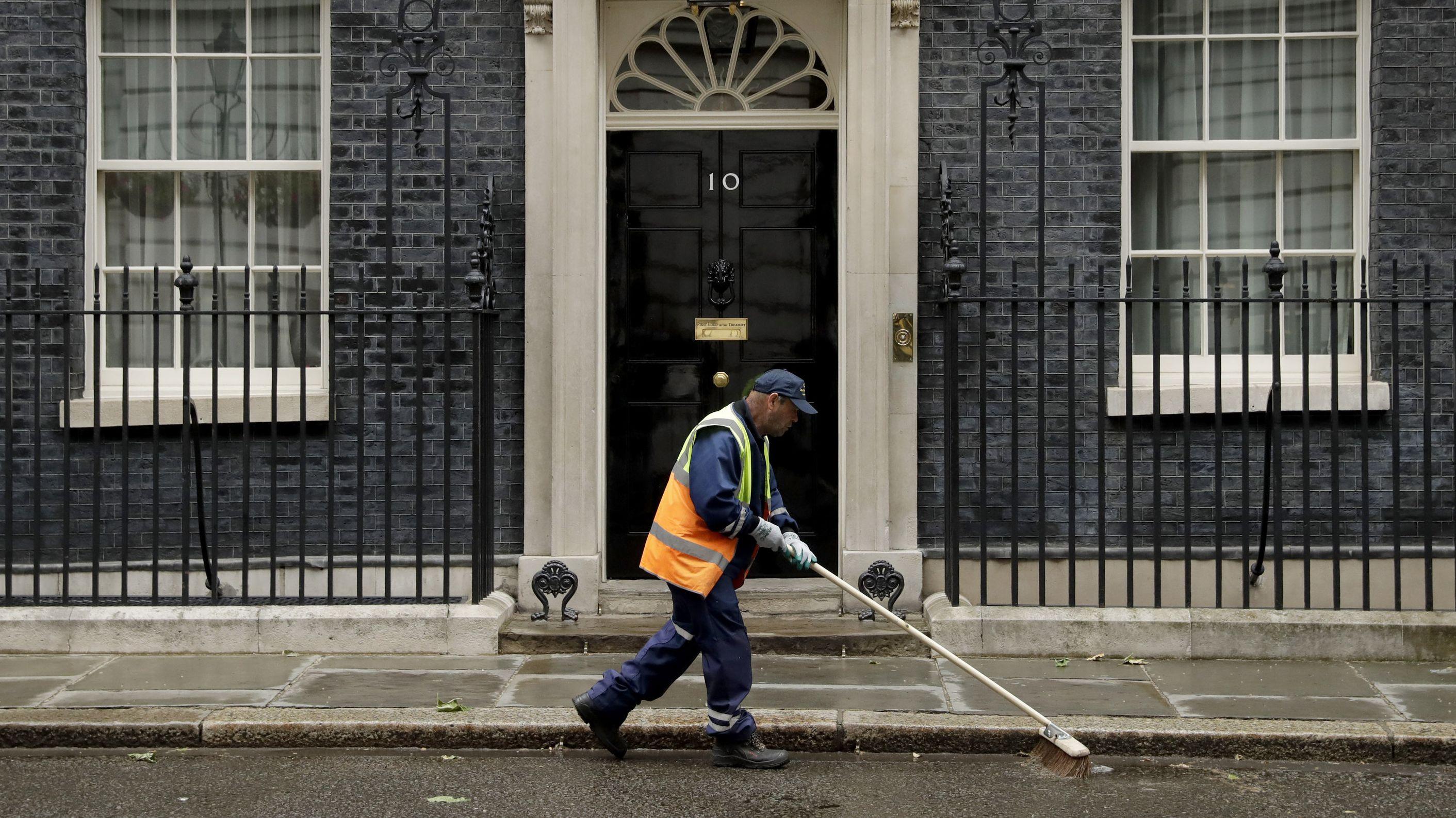 Straßenfeger vor Downing Street 10 in London