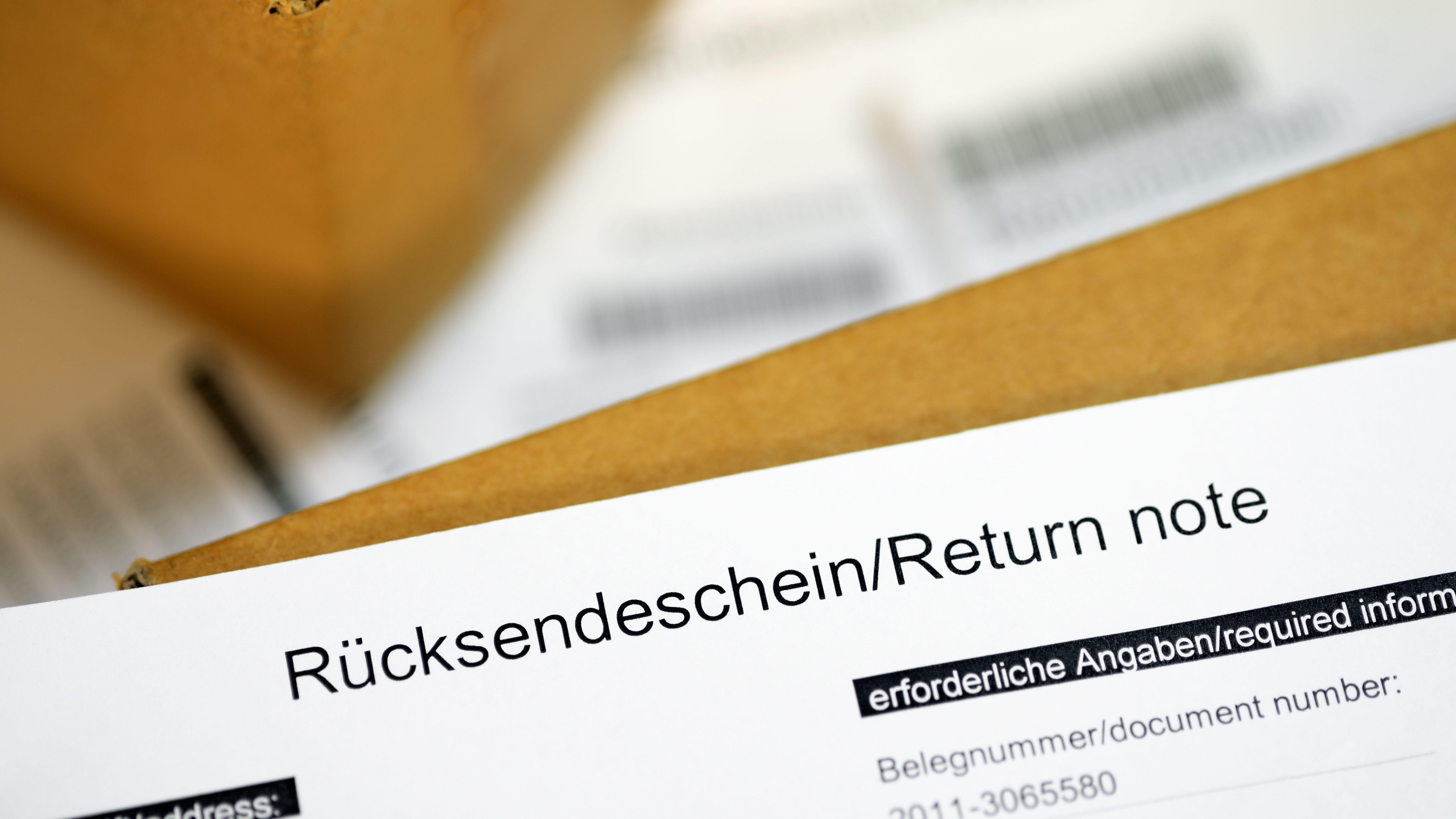 Ein Rücksendeschein liegt auf einem Karton, bereit für die Post.