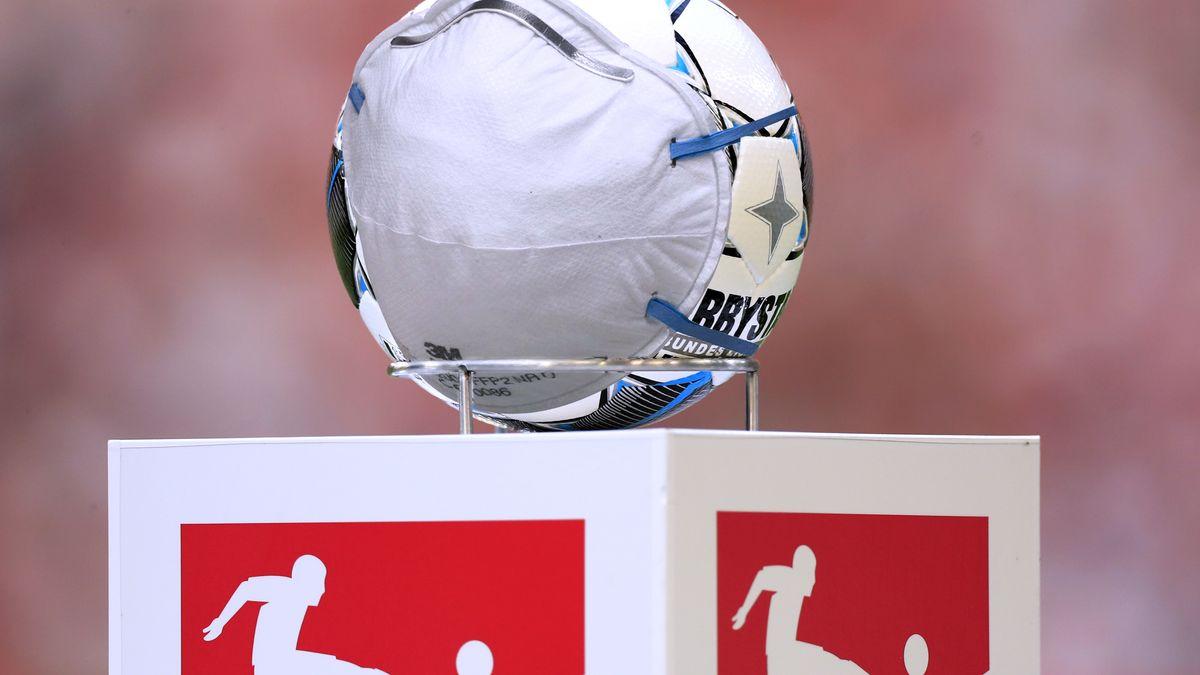 Fußball mit Atemschutzmaske