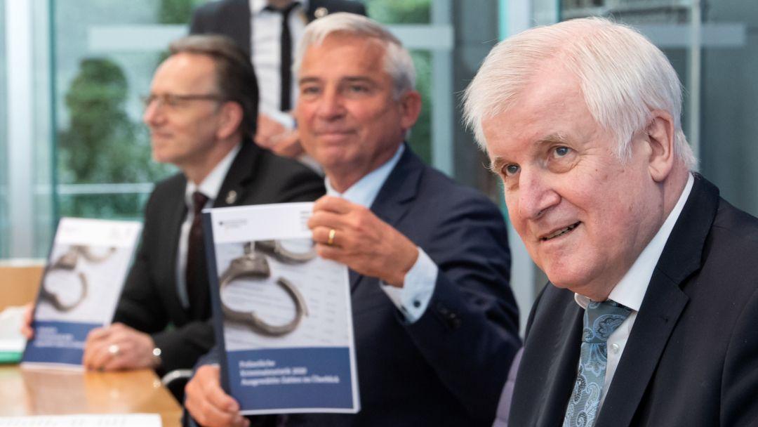 Seehofer, Münch und Strobl stellen die Polizeiliche Kriminalstatistik 2020 vor.