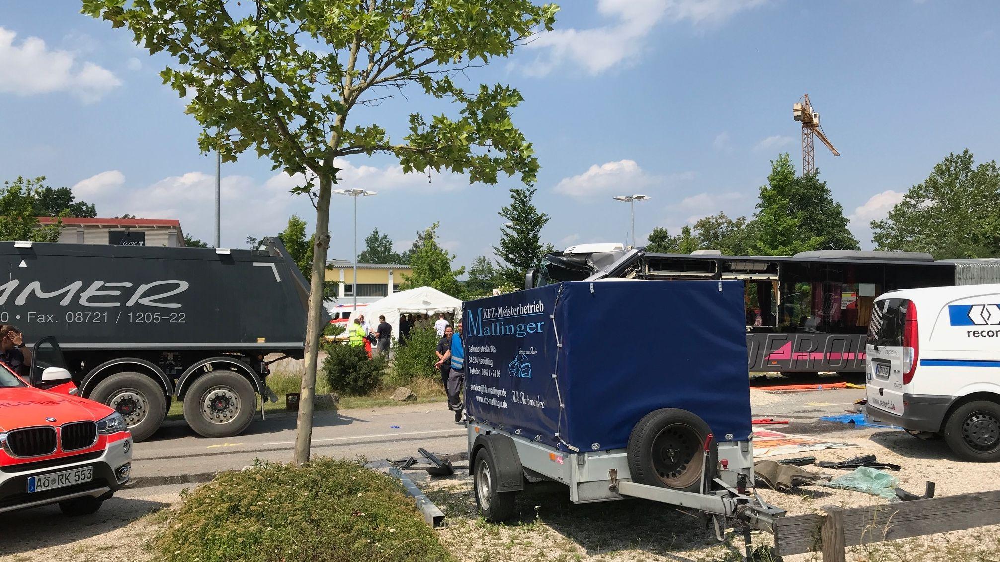 Schulbusunfall in Neuötting auf der Landshuter Straße.