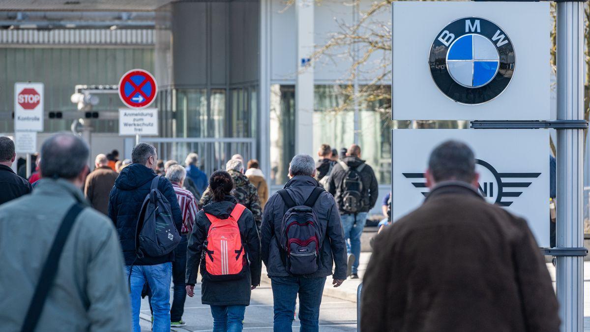 18.03.2020, Bayern, Dingolfing: Schichtwechsel im BMW-Werk.