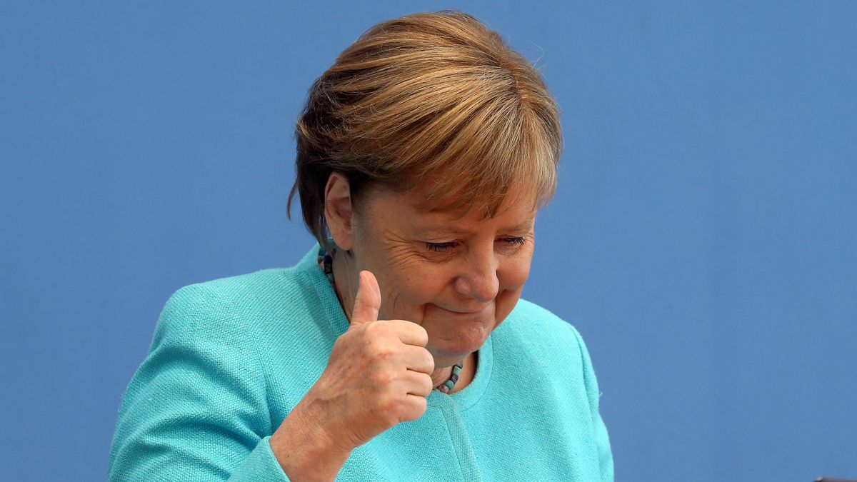 Bundeskanzlerin Angela Merkel (CDU) sitzt in die Bundespressekonferenz und hebt den Daumen.