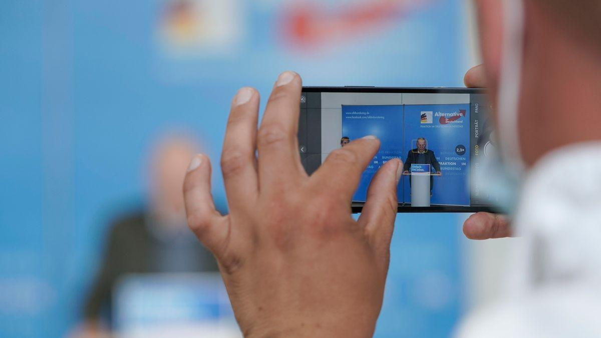 Aktuell, 22.06.2021, Berlin, Abgeordneter fotografiert Dr. Alice Weidel gemeinsam mit Dr. Alexander Gauland mit dem Handy bei ihrem Statement im Vorfeld der Fraktionssitzung der AfD Bundestagsfraktion im Reichstagsgebaeude