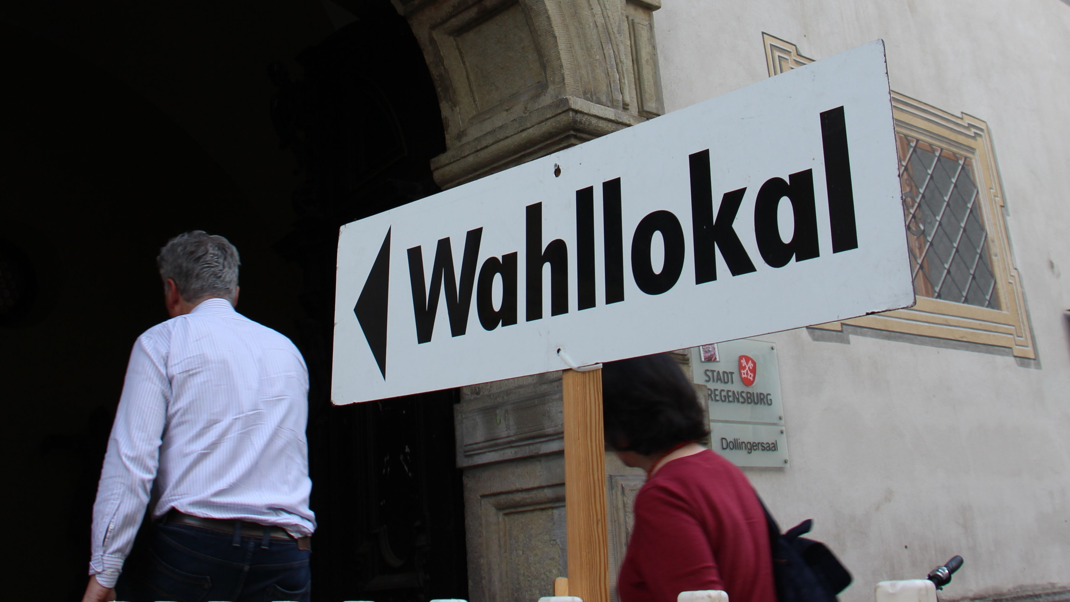Wähler geben in Regensburg ihre Stimme ab
