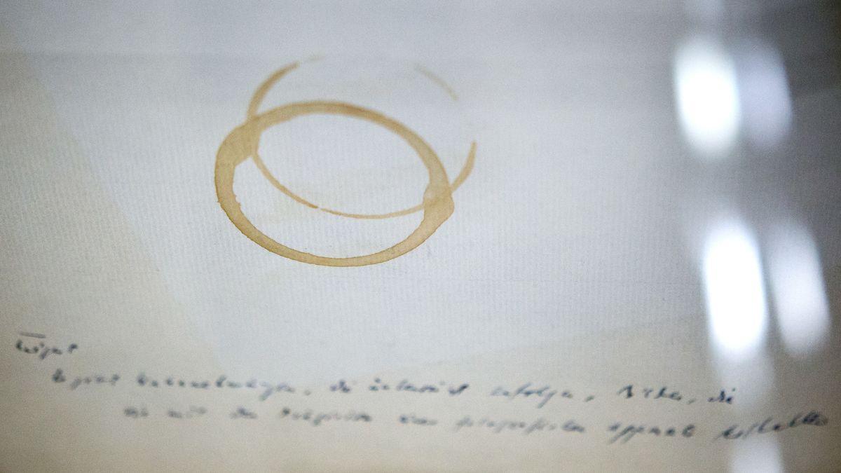 Fotografie eines Gedicht-Manuskripts von Paul Celan. Die Seite - Gedichtzeilen und ein Rotweinfleck - war in einer Ausstellung im Deutschen Literaturmuseum in Marbach zu sehen.