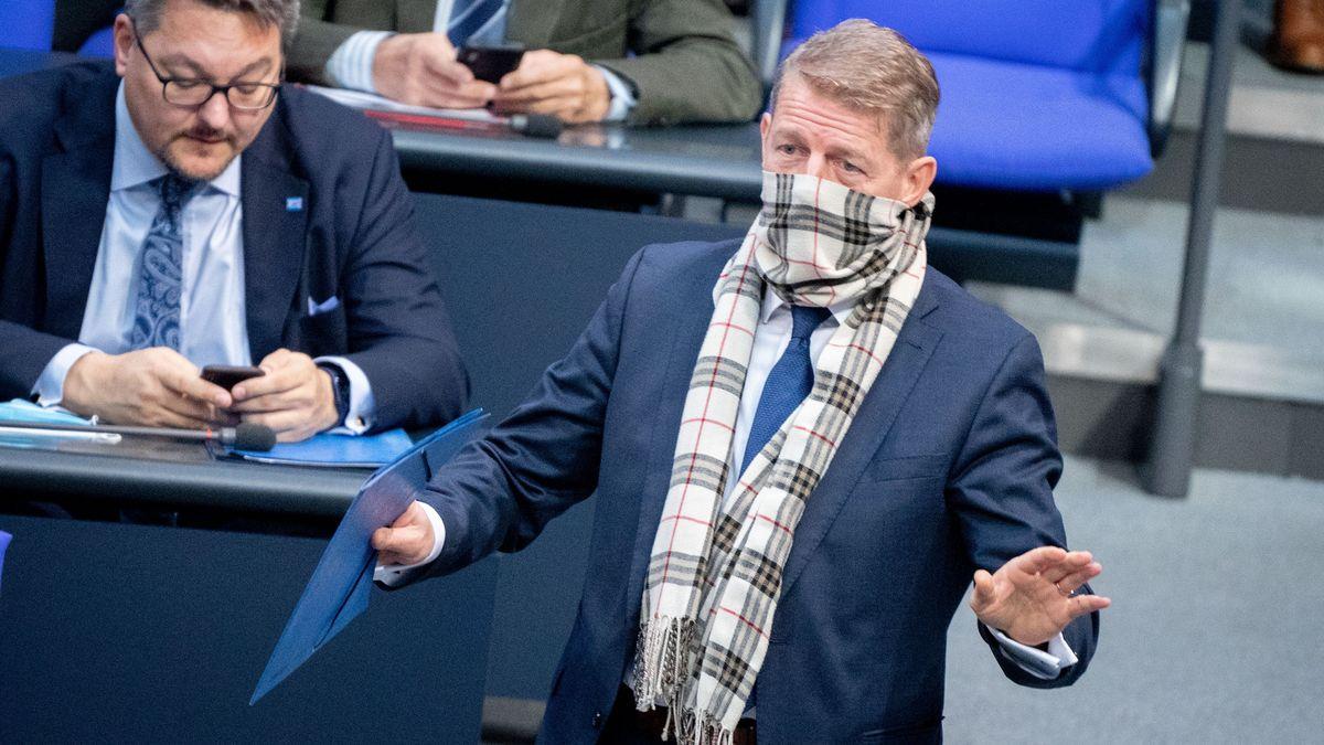 Karsten Hilse, AfD-Bundestagsabgeordneter, geht mit Mund-Nasenbedeckung bei der Sitzung des Bundestags zum Rednerpult. Thema ist die aktuelle Stunde - Bedrängung von Abgeordneten verurteilen