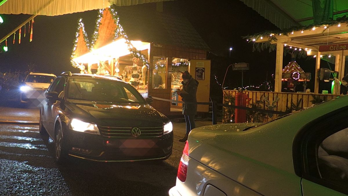 Autos stehen Schlange beim Drive-In Christkindlmarkt in Landshut