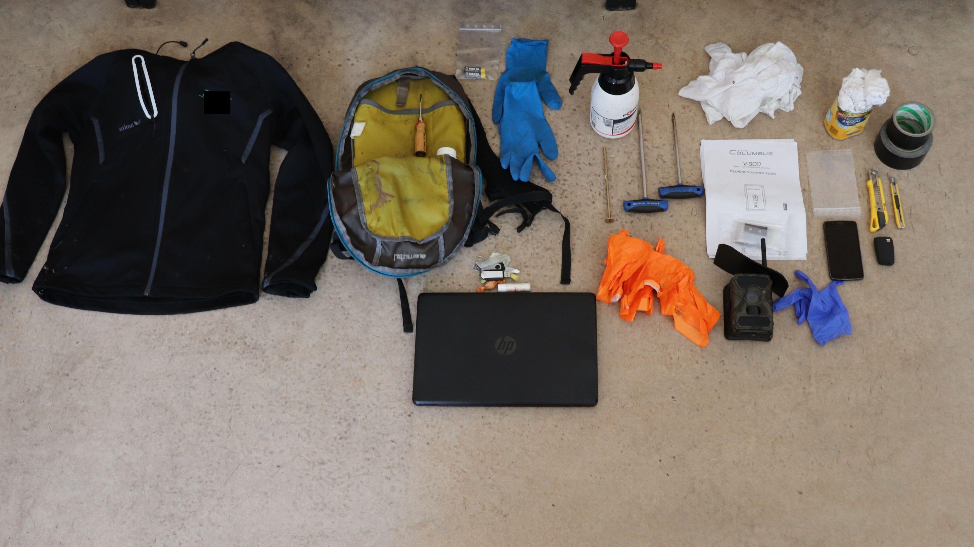 Gegenstände, die die Polizei bei der Durchsuchung der Wohnung des Stalkers gefunden hat.