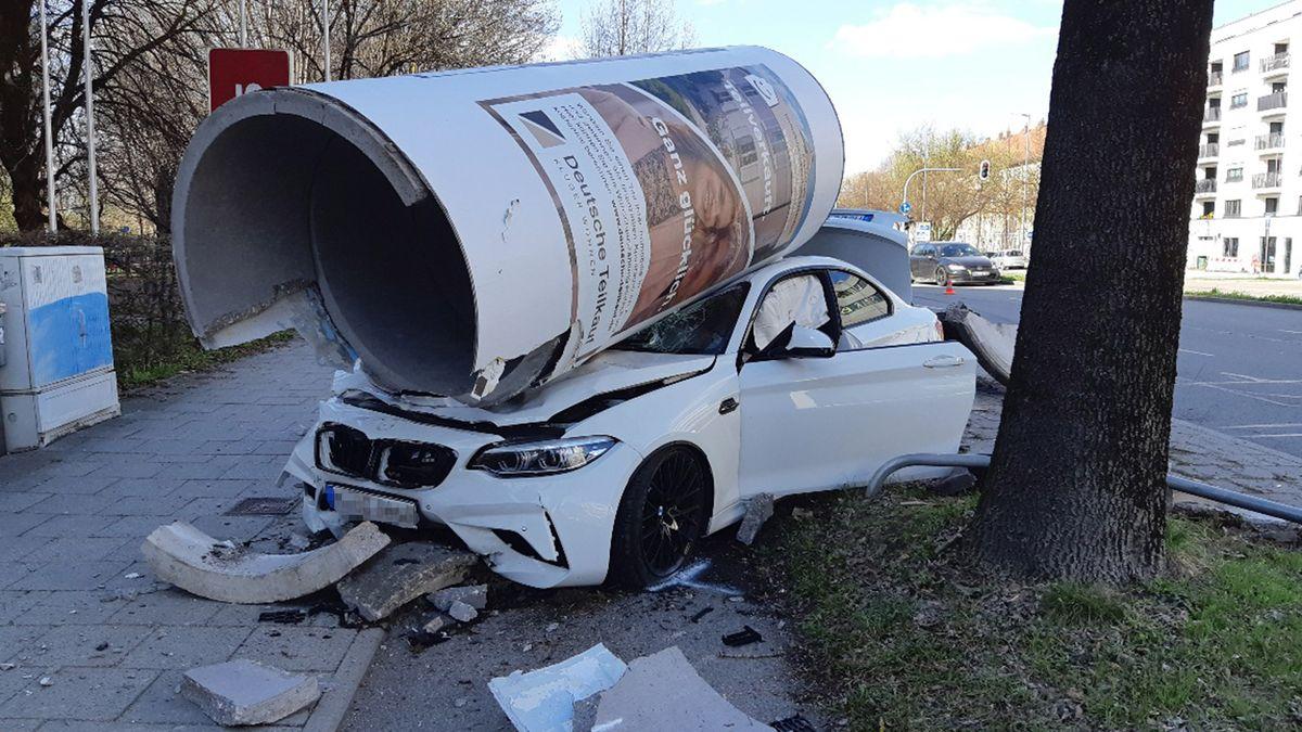 Ostersonntag: Ein Autofahrer hat eine Litfaßsäule in München umgefahren.