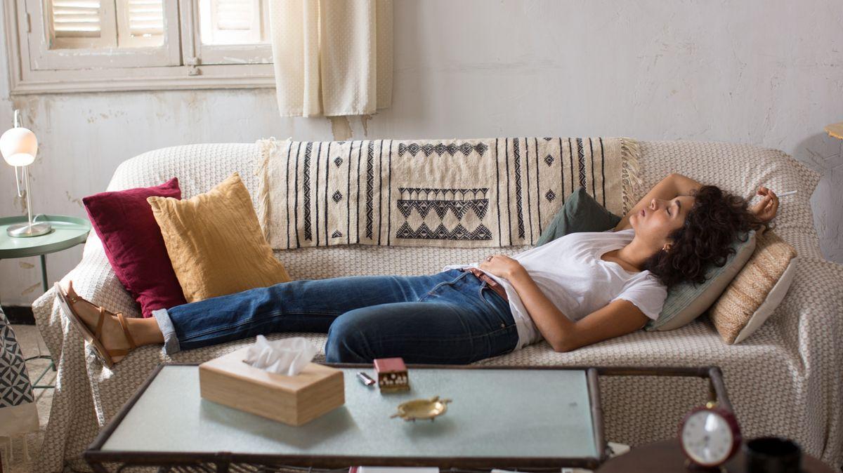 """Filmszene """"Auf der Couch in Tunis"""": Die Hauptdarstellerin liegt selbst ausgestreckt auf der Couch"""