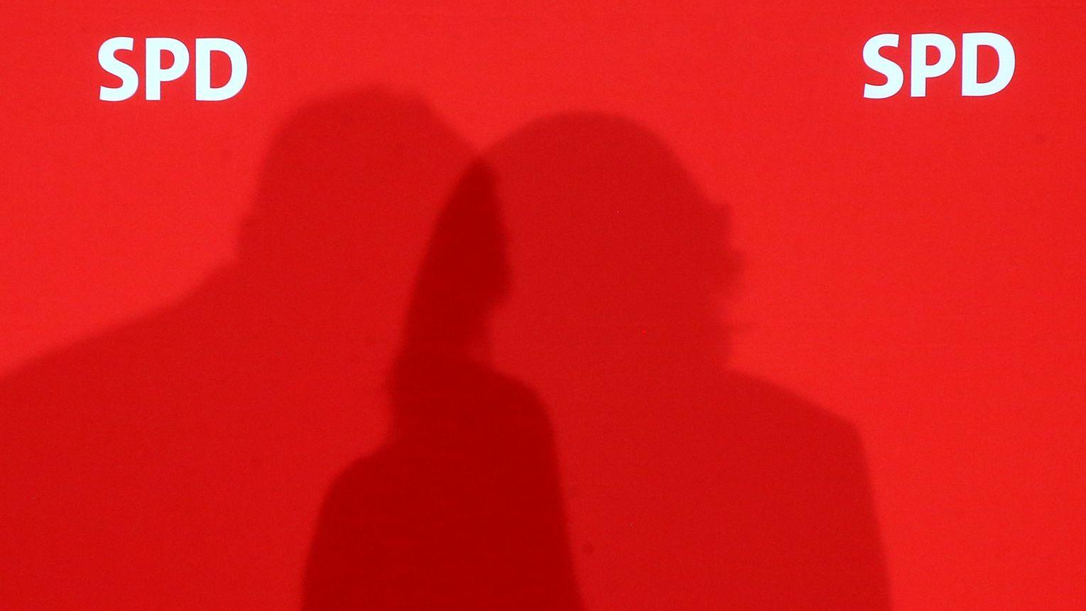 Das SPD-Logo auf einer roten Wand mit einem Schatten