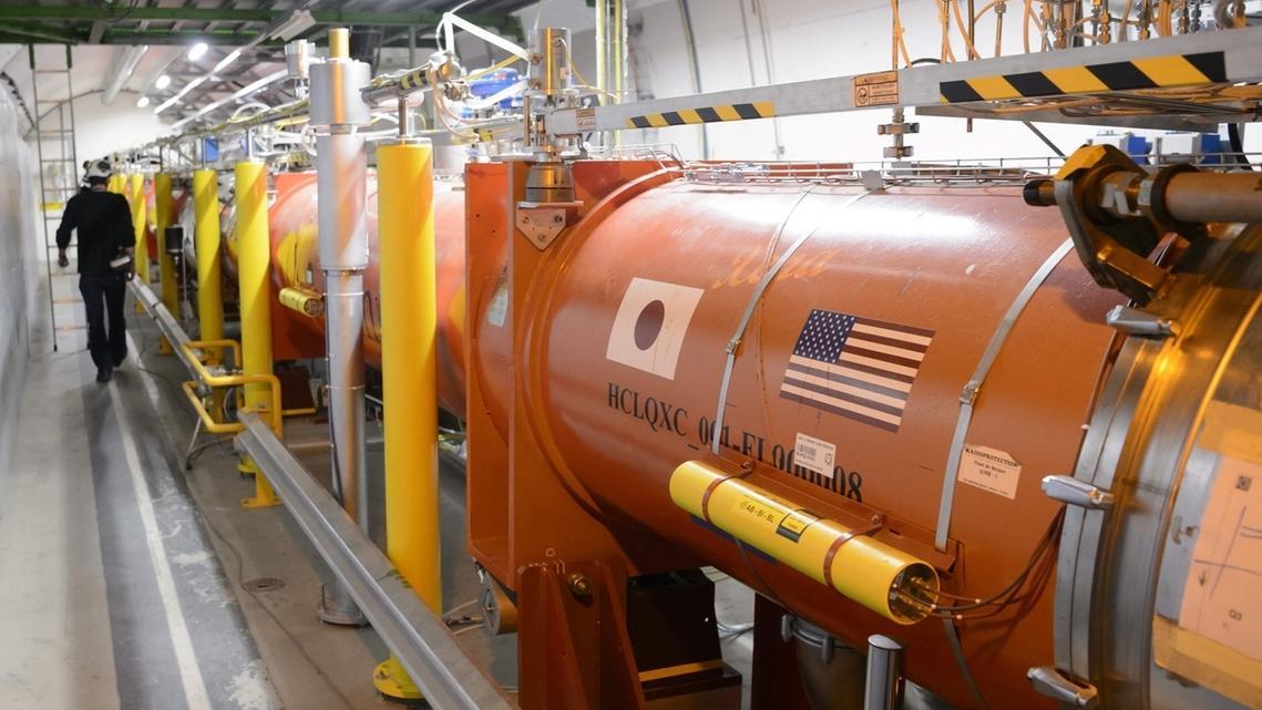 Ein Techniker arbeitet am CERN, der Europäischen Organisation für Kernforschung, in einem Tunnel an dem Teilchenbeschleuniger LHCbei Genf.