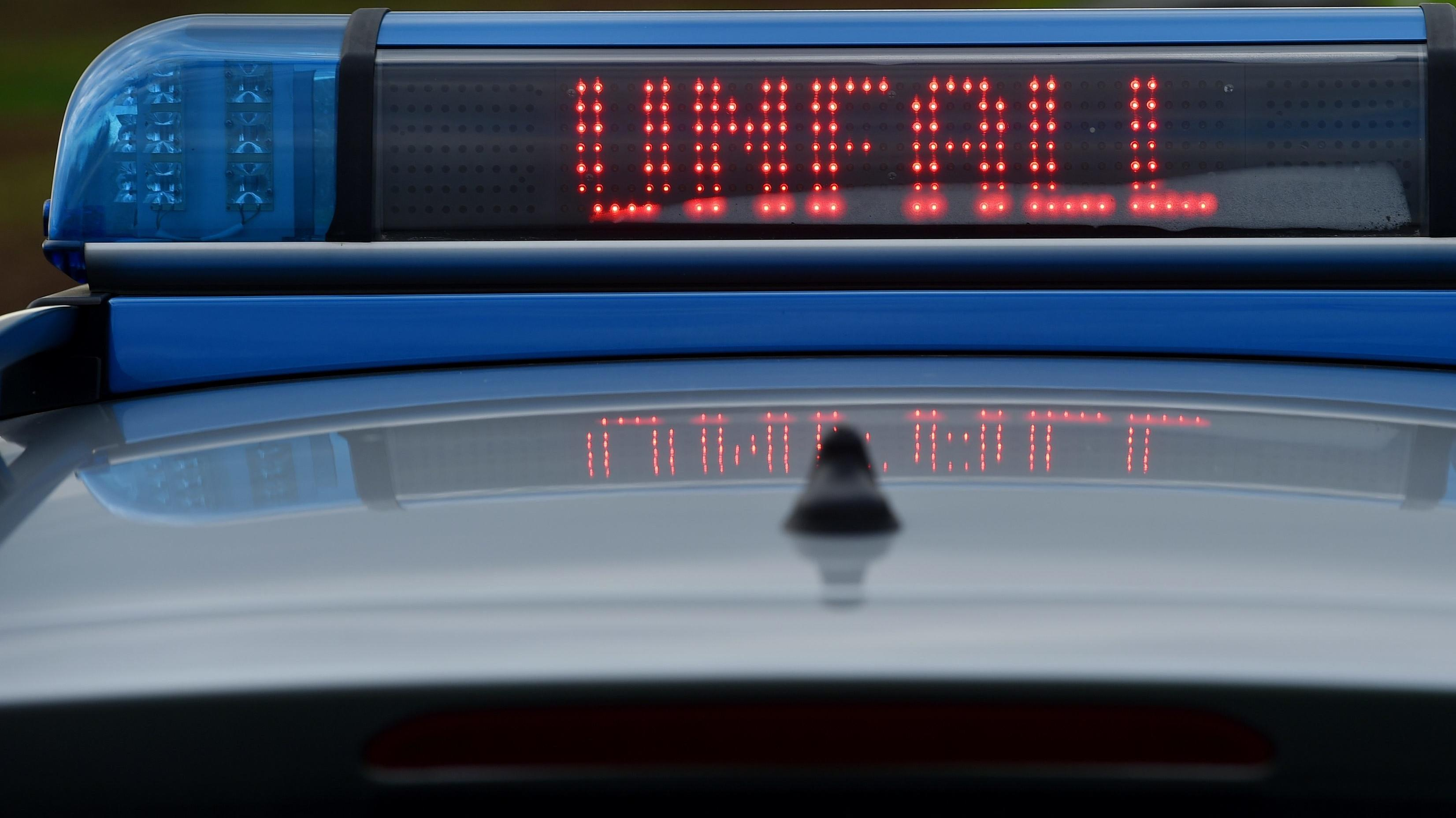 Polizeiauto mit Unfallwarnung (Symbolbild)