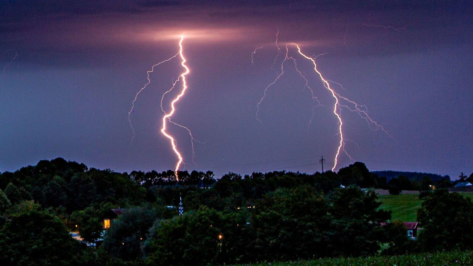 Blitze sind am Nachthimmel zu sehen (Symbolbild)