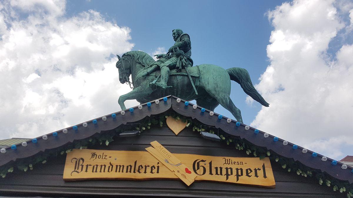 Kurfürst Maximilian I. thront über den Wiesn-Glupperln