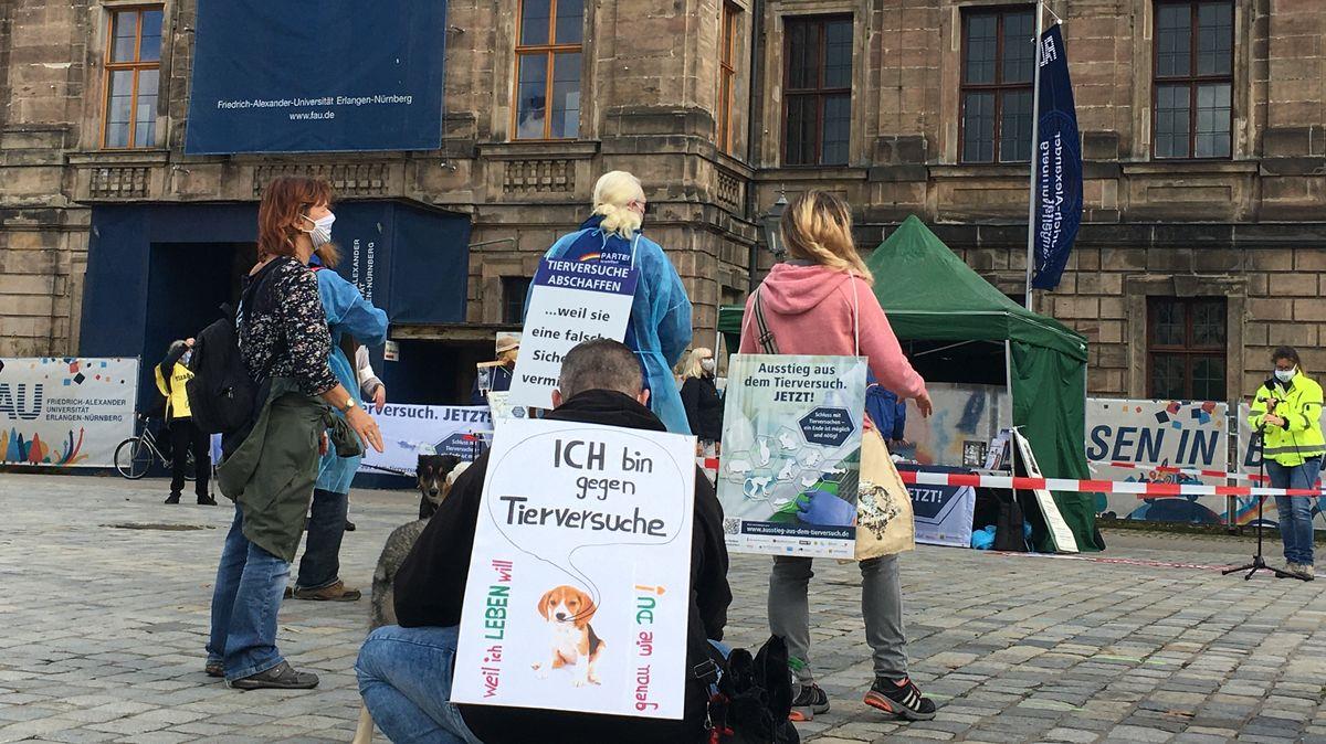Menschen mit Plakaten gegen Tierversuche