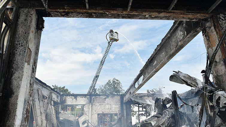 Brandeinsatz der Münchner Feuerwehr in einer Autowerkstatt in Trudering am 04.06.2021.