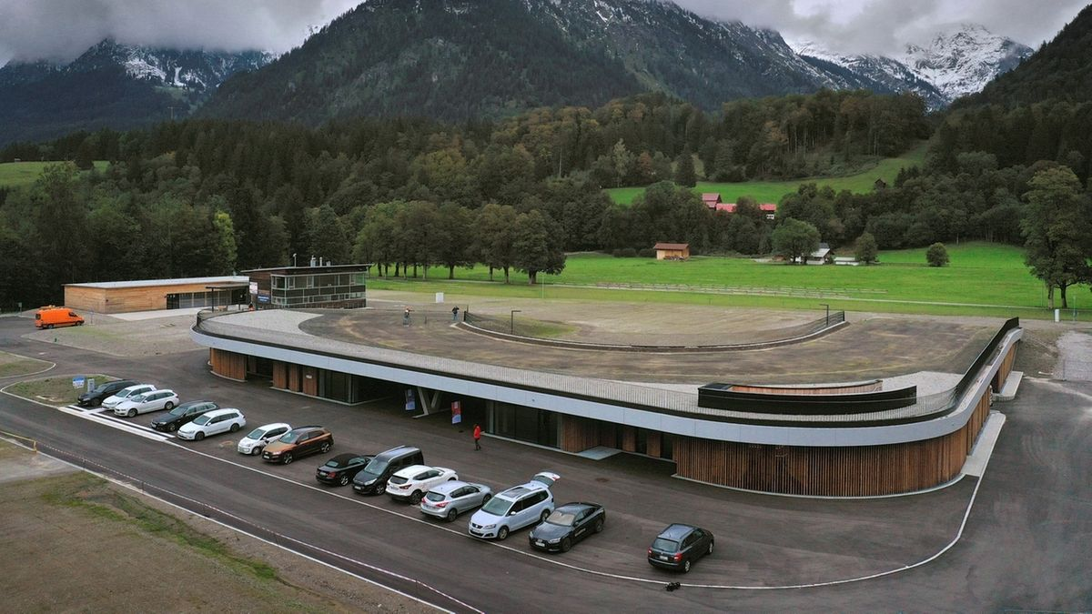In Oberstdorf: Das neue Funktionsgebäude des WM-Langlaufstadions Ried aus der Vogelperspektive